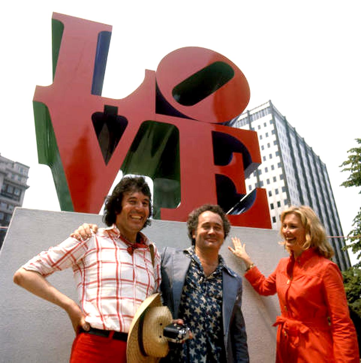 Bob Indiana_Remo Saraceni_1976_Standing_before_LOVE_statue